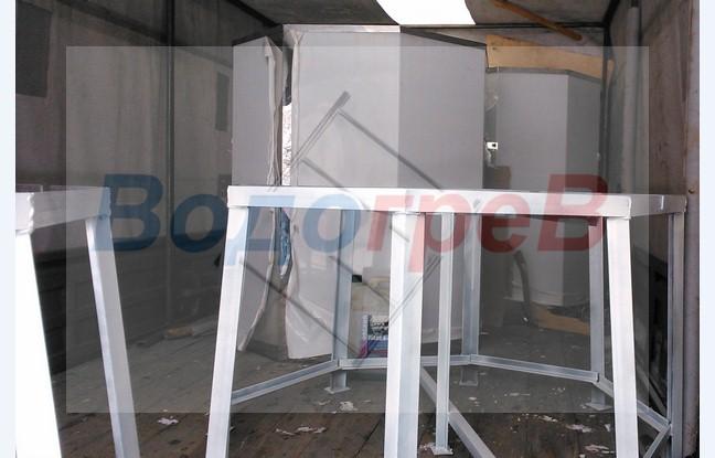 Баки из полированнойнержавеющей стали AISI 304 на 1000 и 800 литров с окрашенными подставками из черного металла.