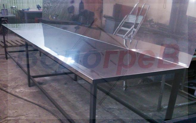 Металлический стол с рабочей поверхностью из нержавеющей стали для кухни и производства.