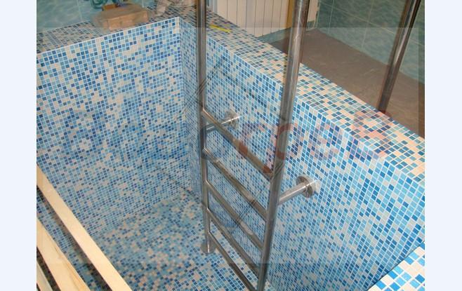 Лестница в бассейн.